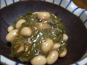 Салат из морских водорослей с бобами