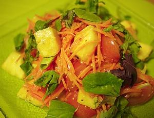 Ананасы с помидорами и апельсинами